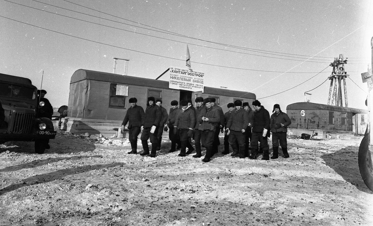 Весной 1971 года на стройке появился щит с надписью о сооружении Второго никелевого завода