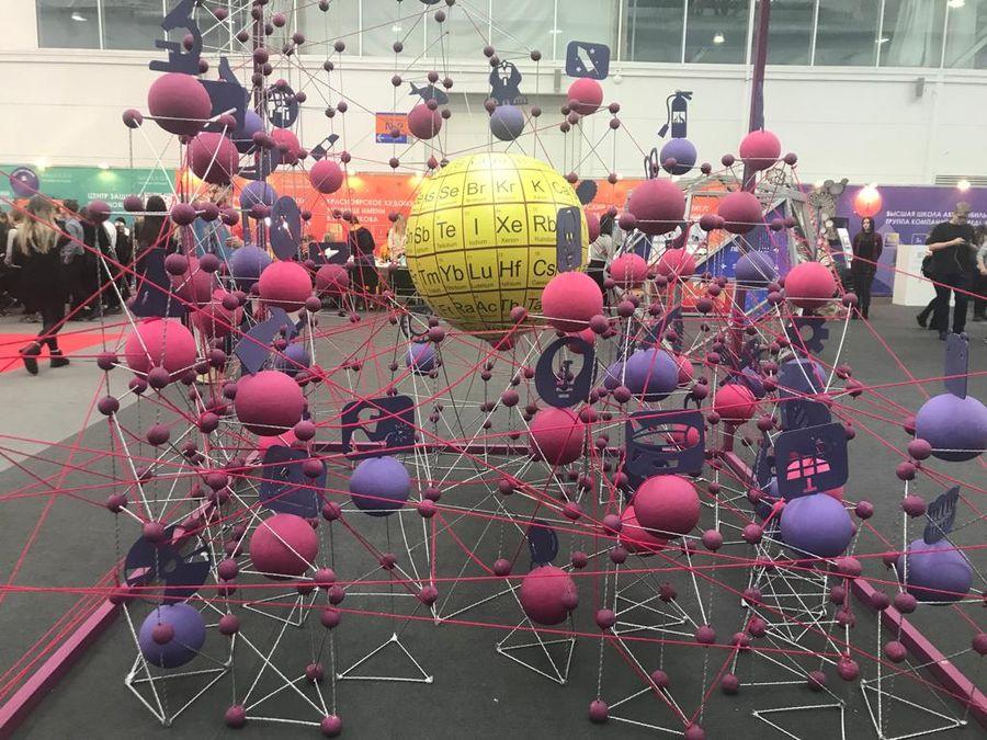 Арт-инсталляция на основе современной версии периодической системы химических элементов Дмитрия Менделеева от Студии Артемия Лебедева