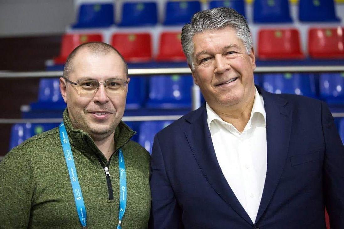 Джо Уокли (справа) с норильским фотографом Андреем Кийко на трибунах ледовой арены «Таймыр» в Дудинке