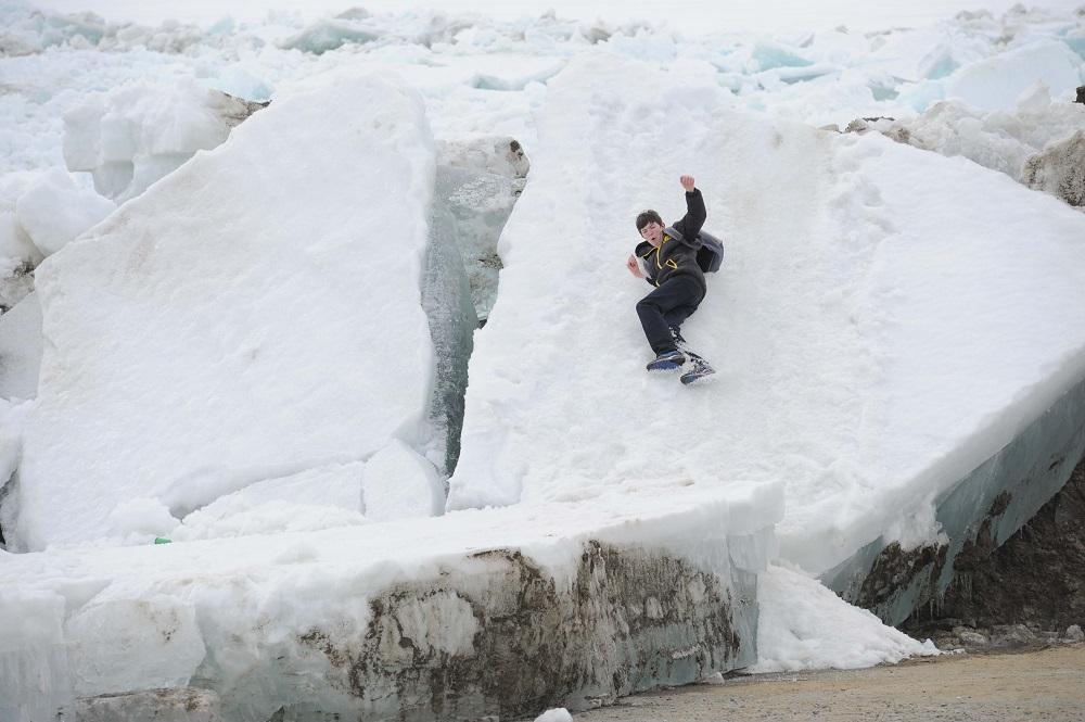 Жителей Таймыра просят убрать со льда имущество во избежание его порчи во время прокладки противозаторных прорезей