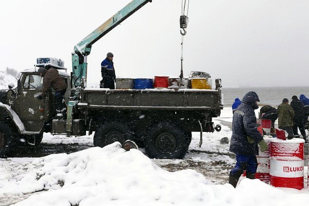 Собранную водо-нефтяную смесь поместили в 200-литровые бочки и вывезли на площадку временного хранения