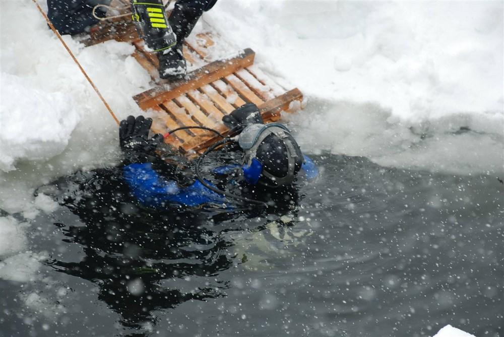 утонувшие рыбаки на снегоходе