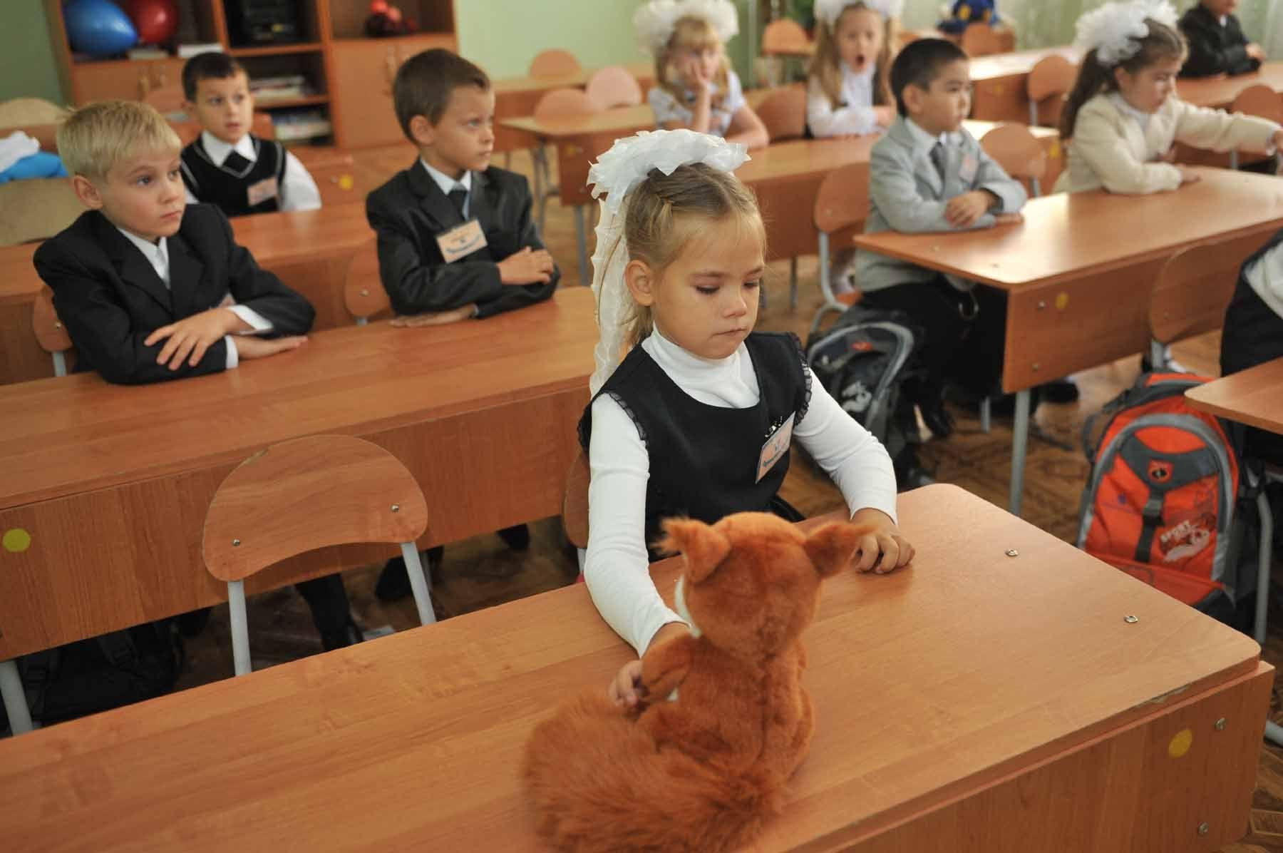 Фотографии детей за партами в школе