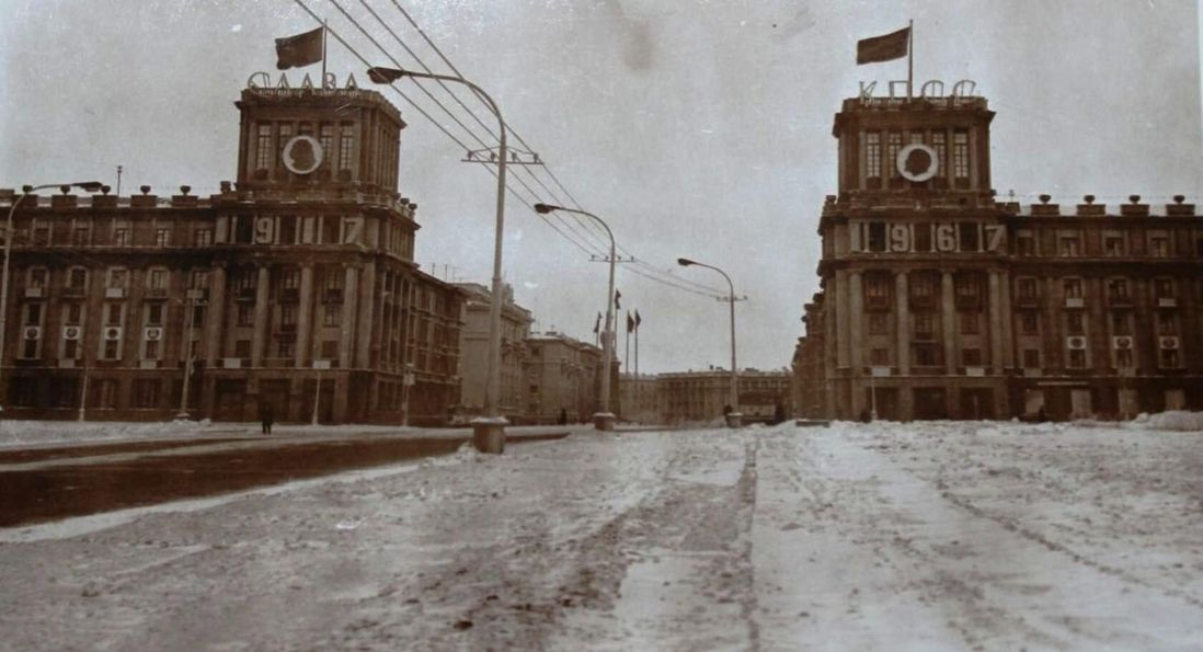 В 1967 году на башнях-близнецах появилась надпись «Слава КПСС». Ее сняли только в 1990-м