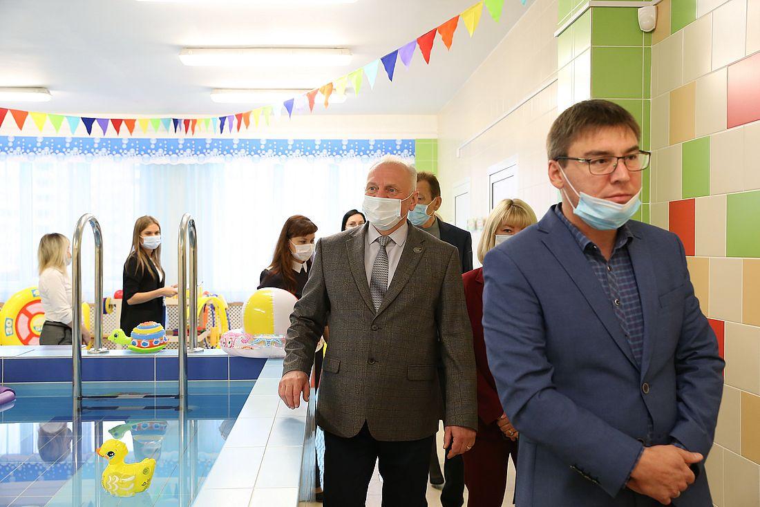 Андрей Колин (слева) на приемке детского сада «Брусничка»