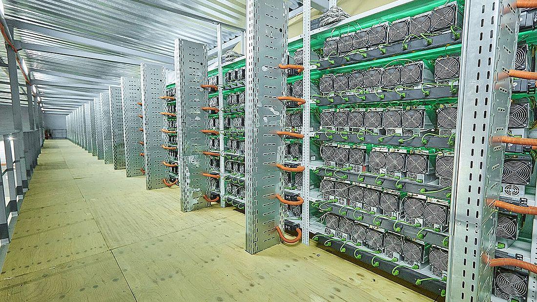 Внутри одного из ЦОДов. Центр обработки данных, или дата-центр, – это специализированное здание, в котором компании размещают свое серверное и сетевое оборудование