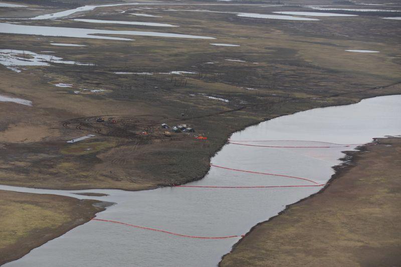 Боны для локализации загрязнений на реке Амбарной