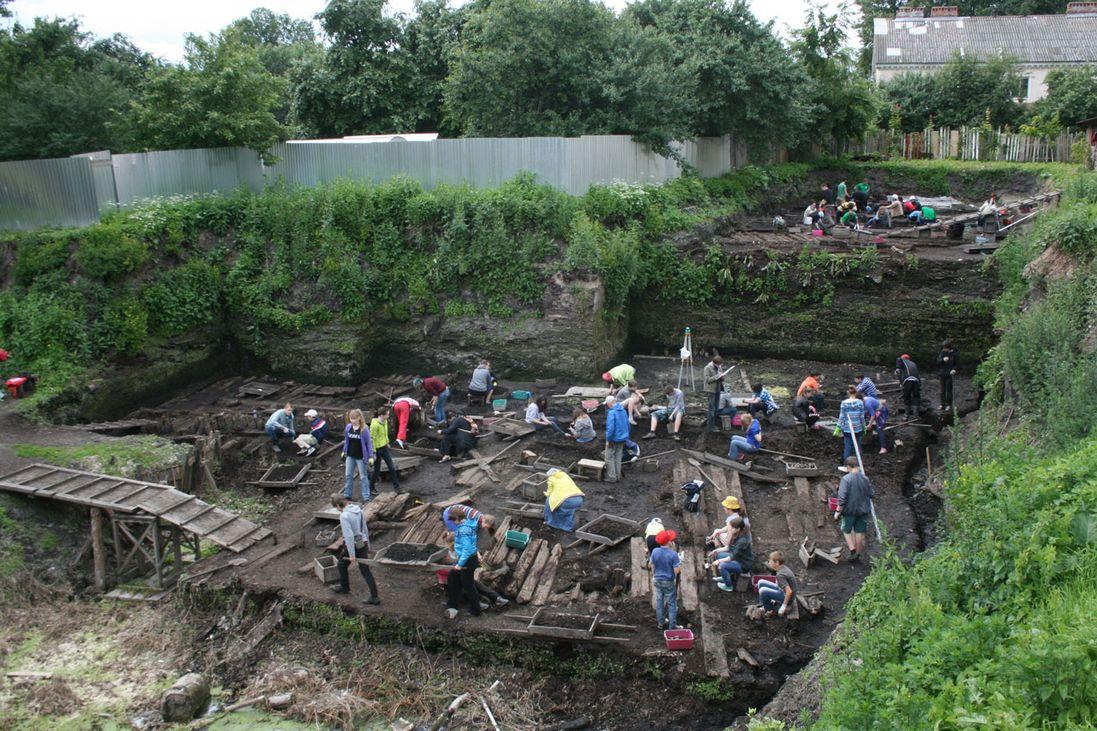 Одно из мест археологических изысканий в Великом Новгороде – Троицкий раскоп. Срез культурного слоя здесь превышает 6 метров. За время работ на раскопе археологи нашли десятки тысяч всевозможных предметов, которыми пользовались древние новгородцы