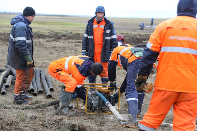 К ликвидации последствий разлива топлива оперативно привлекли специалистов морской спасательной службы