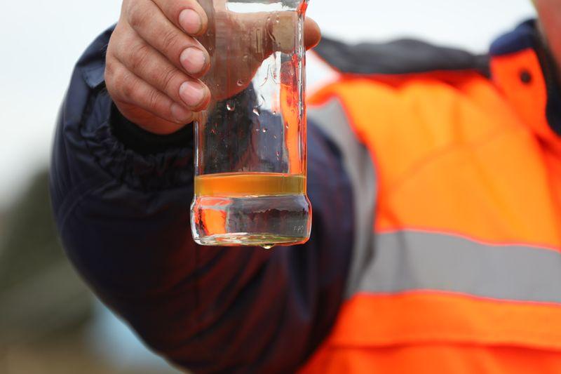 Пробы воды ниже по течению реки Амбарной: масляное пятно удалось локализовать