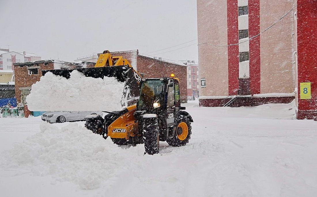 Дудинские дворы и улицы очищали от снега сразу три организации