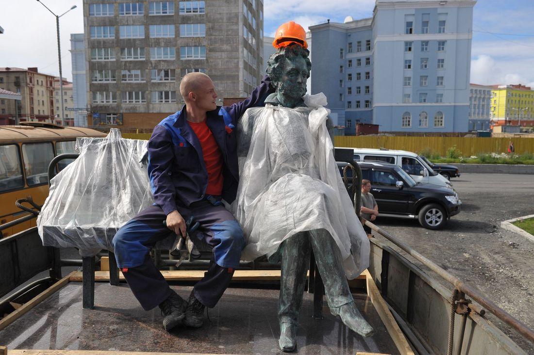 5 бронзовых скульптур установили на ул. Пушкина в Норильске
