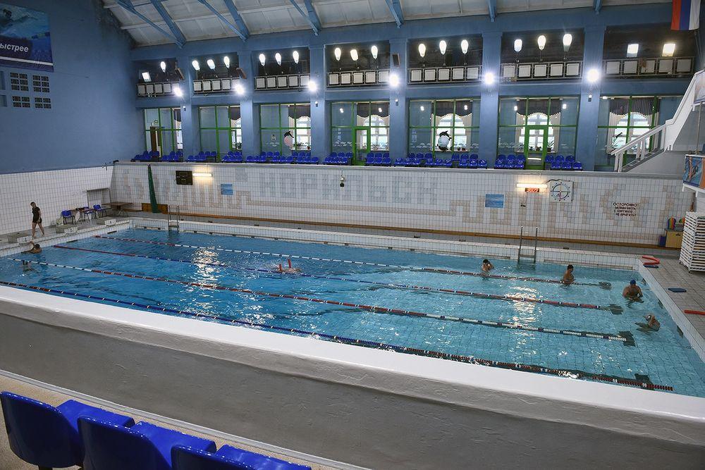 Норильский плавательный бассейн отмечает юбилей на воде