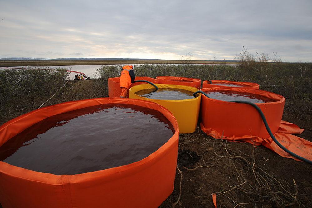 Собранные нефтепродукты перекачивают в специальные резервуары