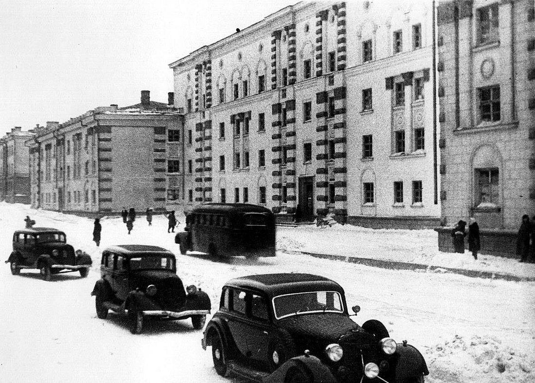 Севастопольская, 7. Одно из трех сохранившихся зданий сталинской застройки