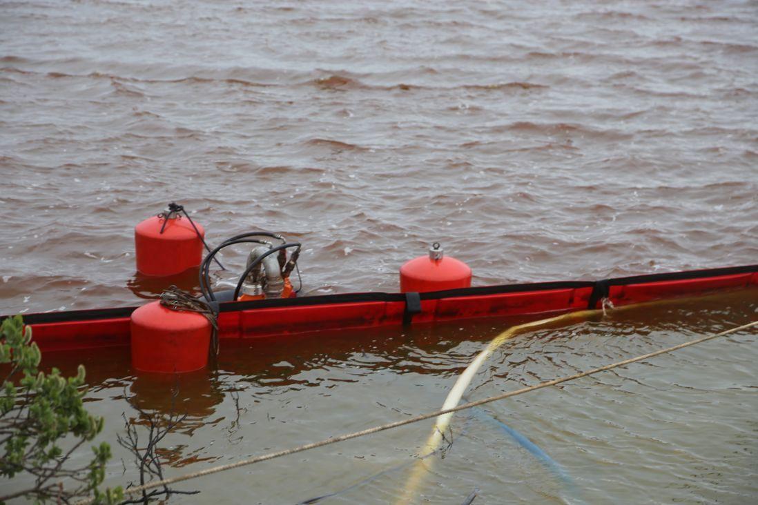 Спасатели собрали 33,4 тысячи кубометров топливно-водяной смеси