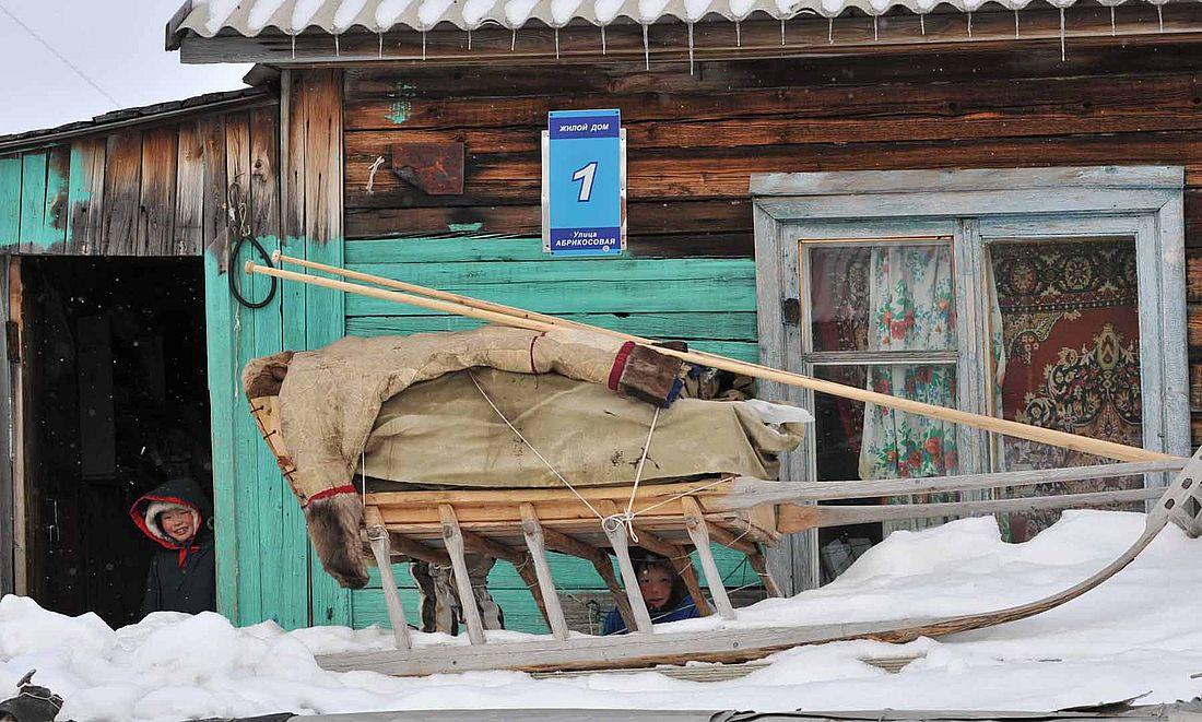 Улица Абрикосовая в поселке газовиков Тухарде стала местной достопримечательностью благодаря экзотическому для Севера названию