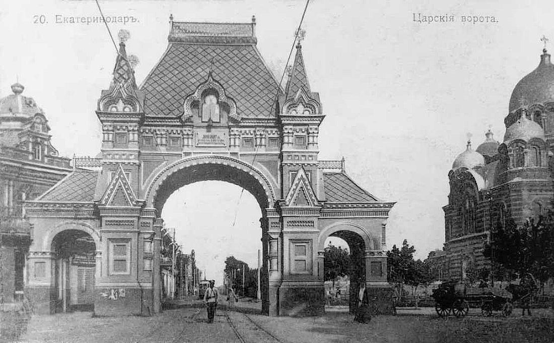 Александровская триумфальная арка (Царские ворота). Возведена к визиту Императора Александра III в 1888 году. В 1928-м ее разрушили: по официальной версии, она мешала трамвайному движению