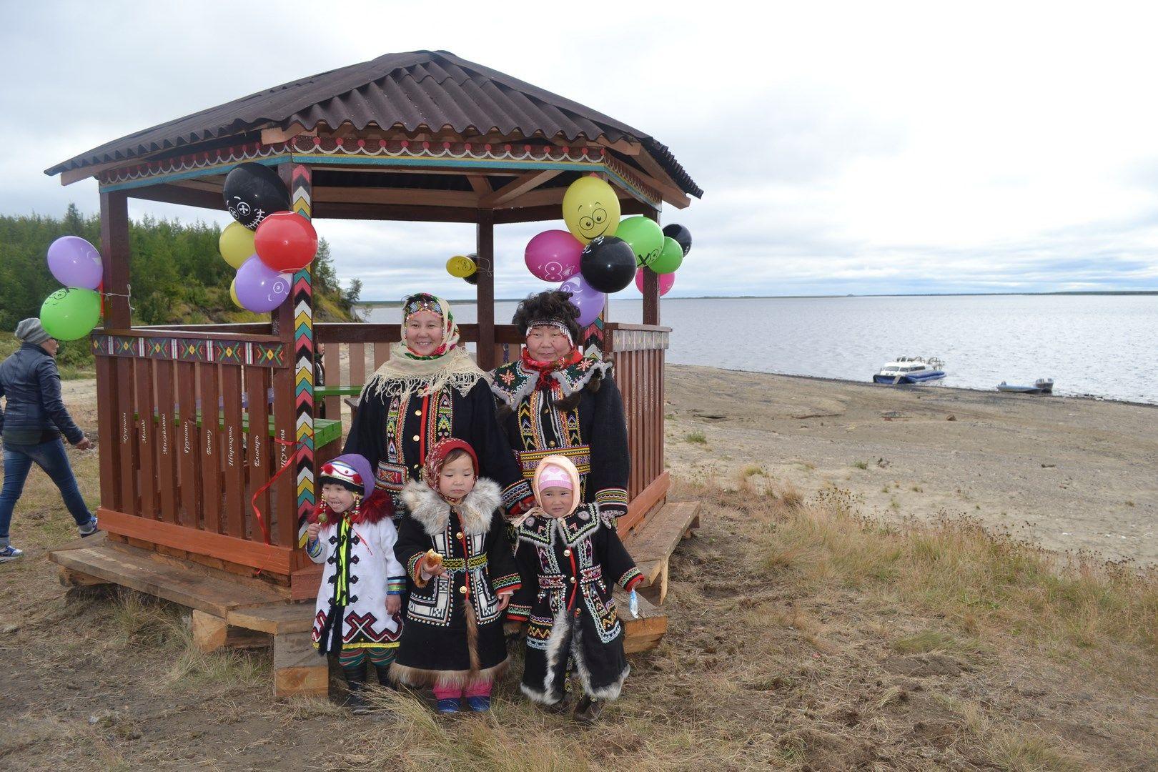Волонтеры хатангских поселков организовали новое место отдыха и отремонтировали памятник