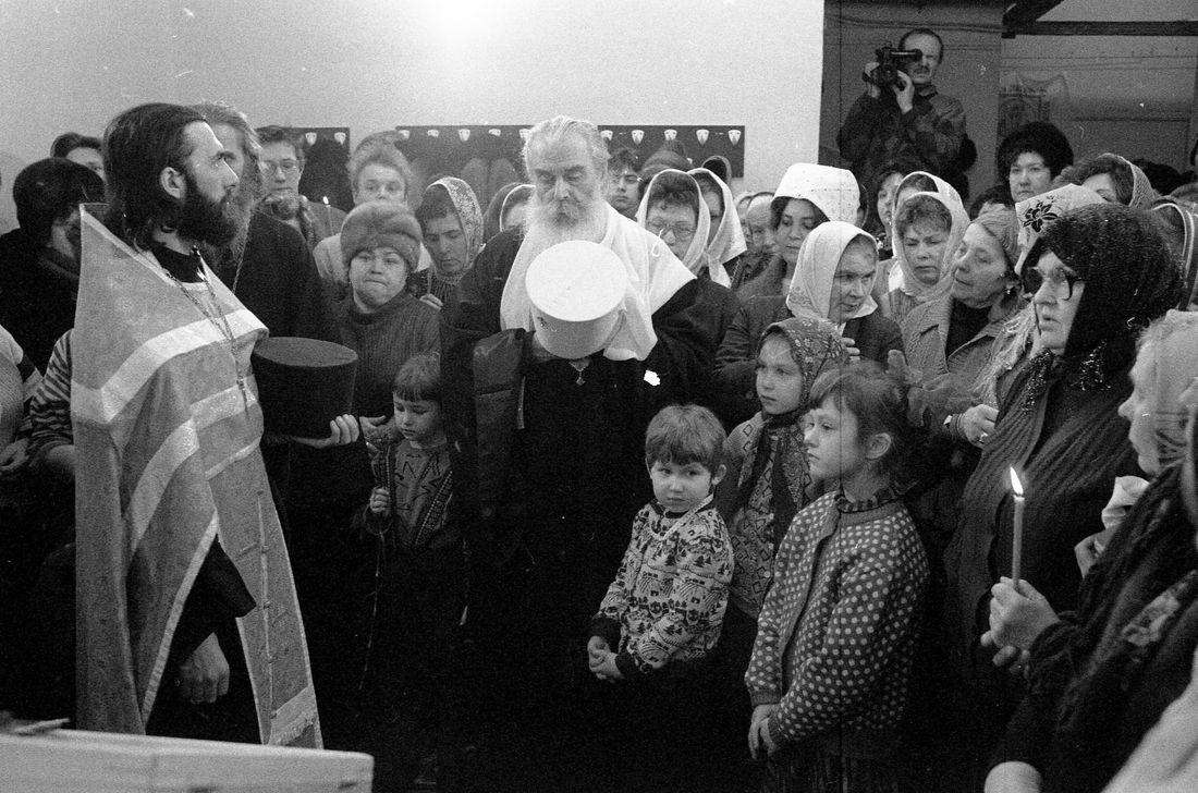 С отцом Сергием и прихожанами во временном помещении церкви