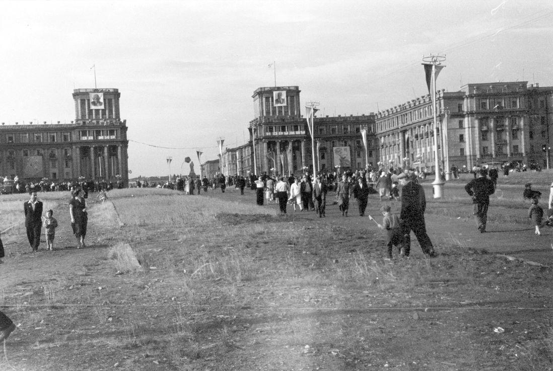 На Октябрьской площади не раз менялись вывески, появлялись и исчезали световые украшения. В праздники ее украшали транспарантами, флагами и портретами вождей
