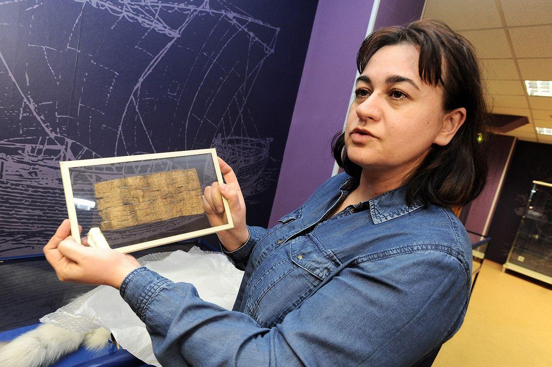 Олеся Рудь показывает одну из берестяных грамот. Везли их из Новгорода в Норильск в специальном чемоданчике