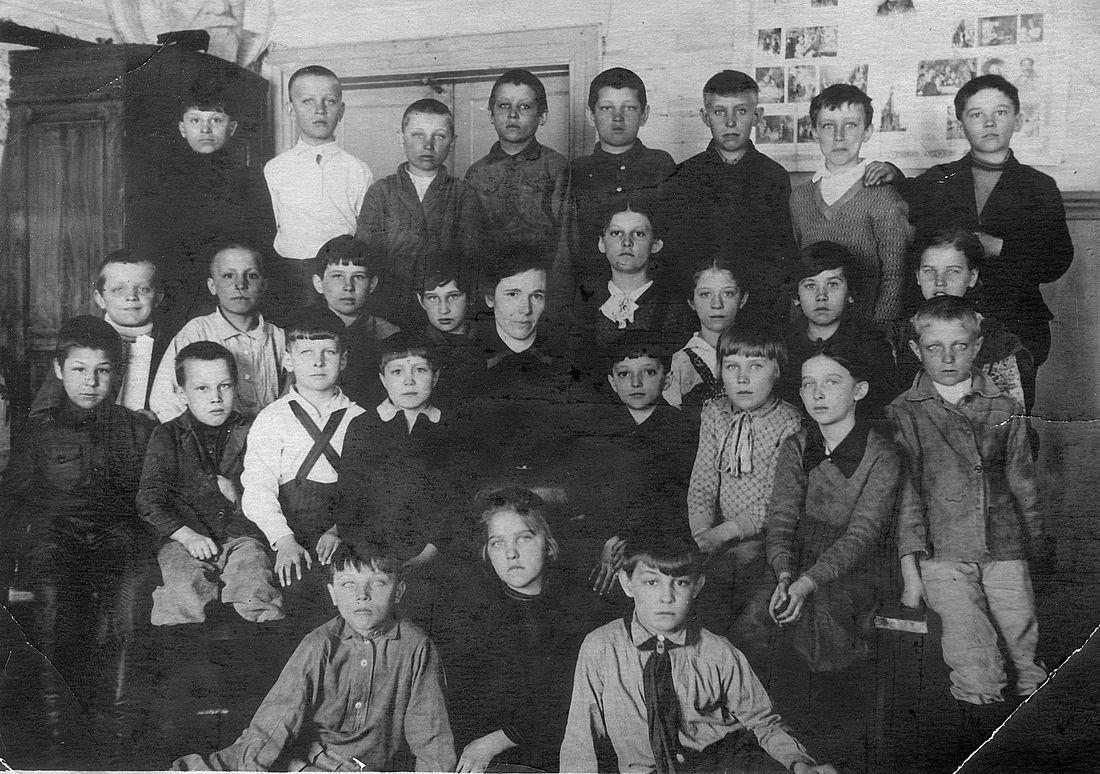Фотография на память об окончании второго класса. Изольда рядом с учительницей (справа, с белым бантом на шее). Норильск, 1940 год