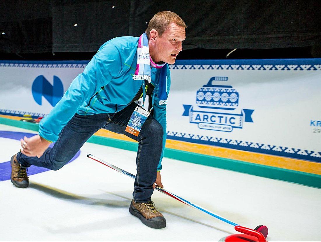 Тони Марьянен пробует себя в керлинге на ледовой арене «Таймыр»