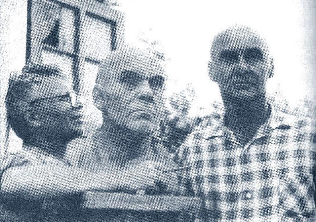Анатолий Григорьев рядом с Николаем Козыревым и его гипсовым изображением, Коктебель, 1980 год