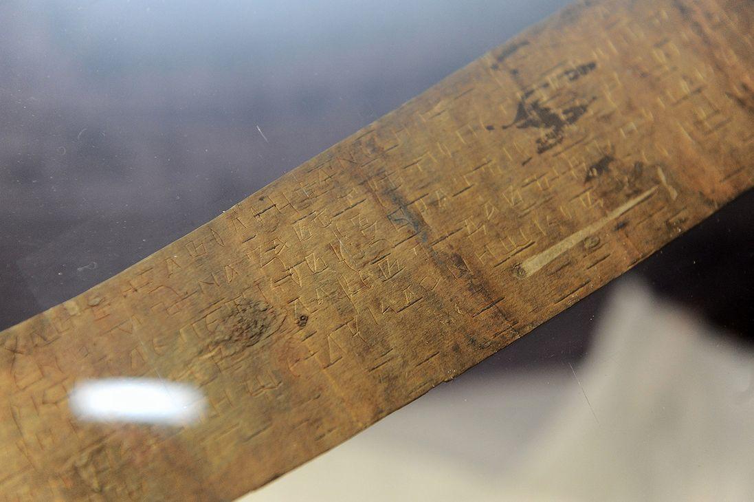 В Норильск привезли две берестяные грамоты, датированные XII и XIV веком. Эти единицы культурного наследия человечества застрахованы на 12 миллионов рублей