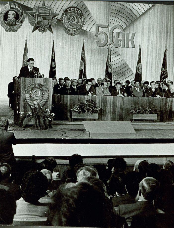 1985 год. 50-летие комбината. Долгих вручил орден Октябрьской революции. И выступает с трибуны. Колесников в президиуме в центре.