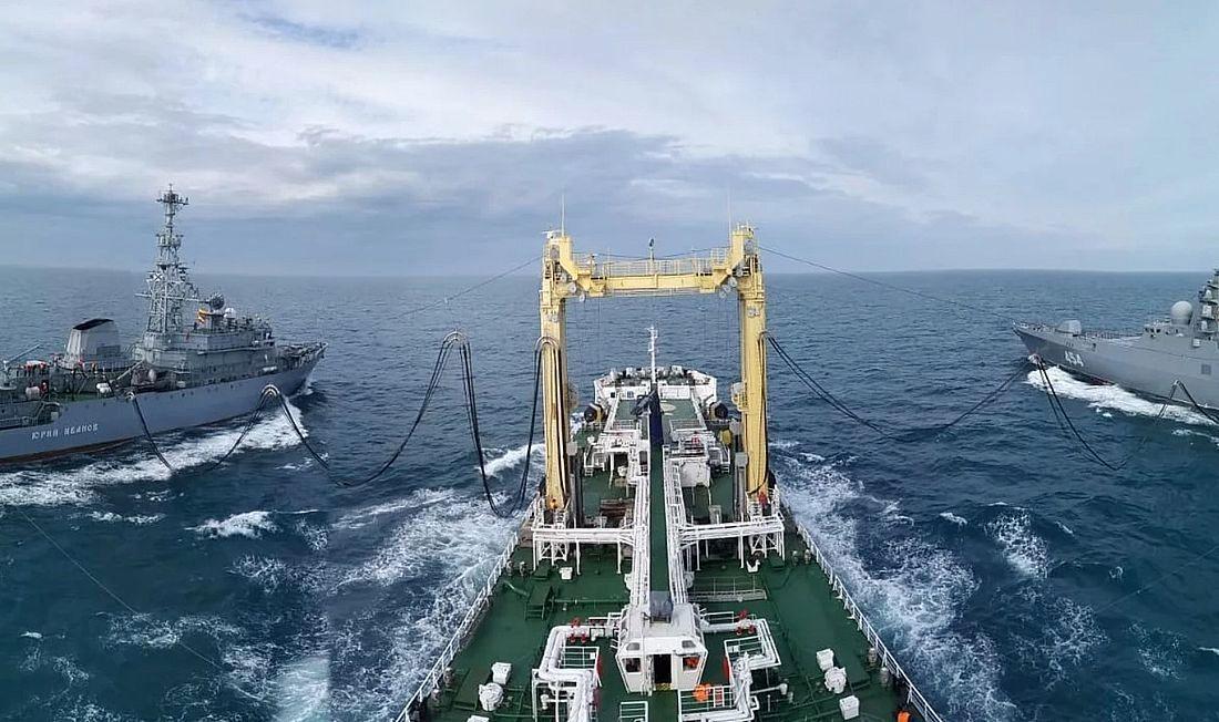 Работа системы УПГ (устройство передачи грузов) танкера «Академик Пашин» на ходу. Судно способно без швартовки к другому судну или кораблю передавать жидкие и сухие грузы с помощью системы траверзной передачи