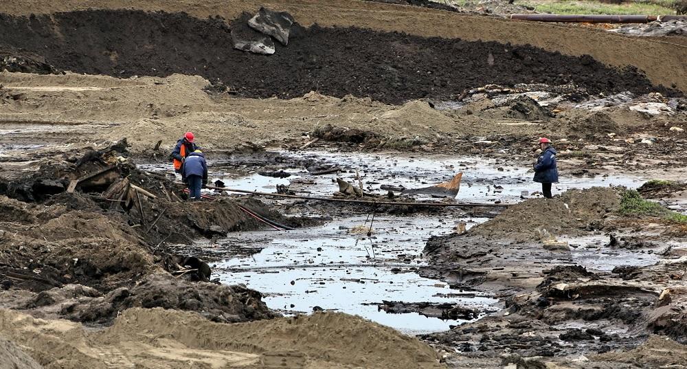 В последующем специалисты произведут «выемку» жидкого топлива из грунта – обезопасят его