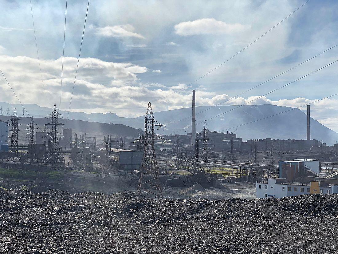 Дата-центр решили построить на площадке ныне закрытого Никелевого завода. Один из этапов строительства – прокладка линий электропередач