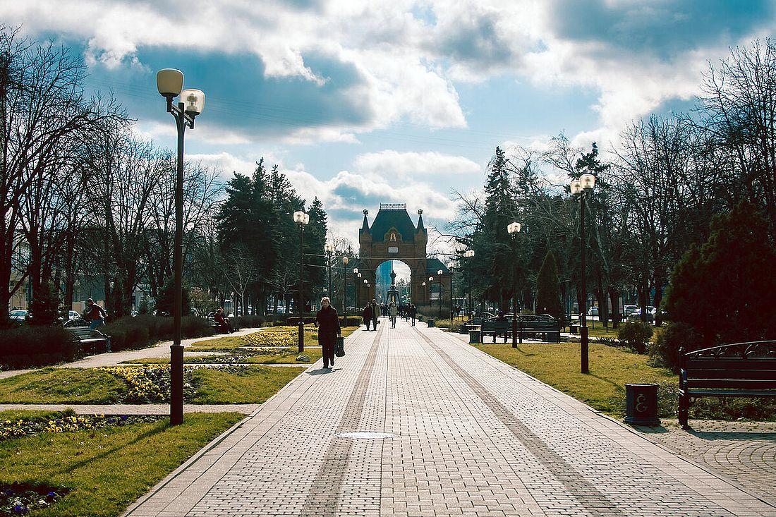 Александровский бульвар, где стоит Александровская триумфальная арка