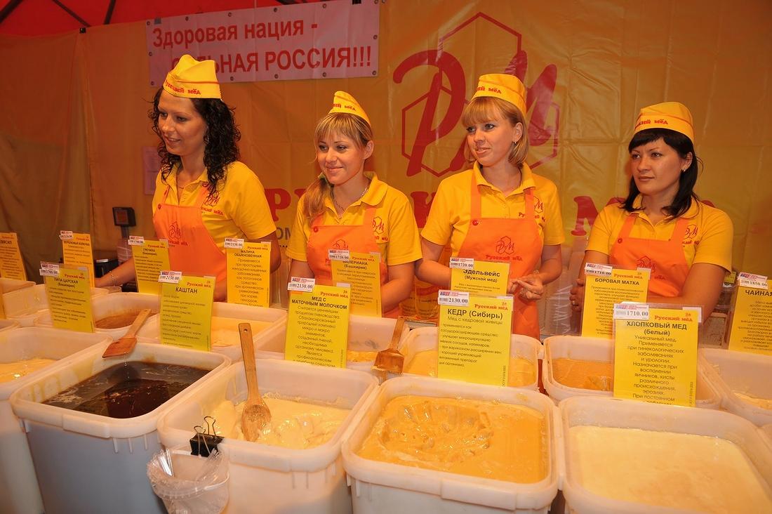 На ежегодной летней продуктовой ярмарке у норильчан есть возможность попробовать и купить разные сорта привозного меда