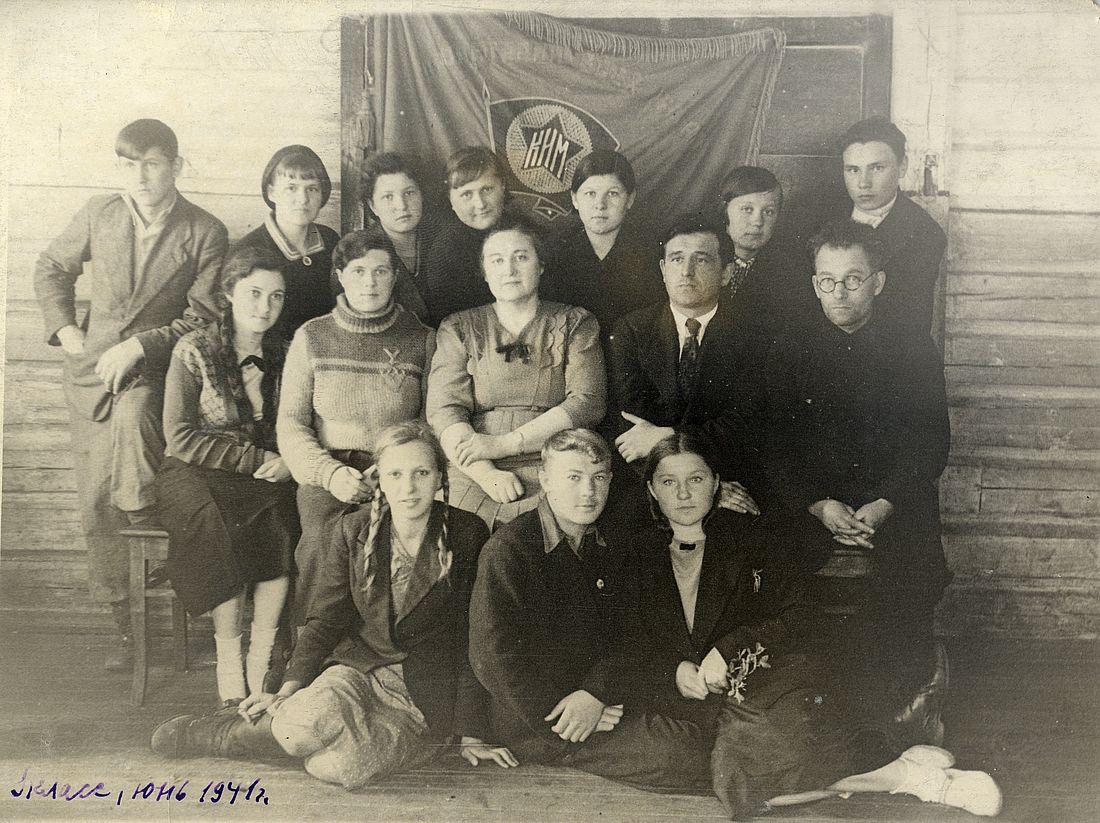 Наталья Царева (в центре) с выпускниками 9 класса в июне 1941-го. Рядом завуч Владимир Елисеев, который вскоре отправится на фронт