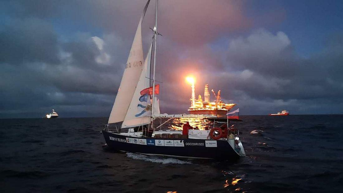 Яхта «Жемчужина» на фоне нефтяной платформы «Приразломная» в Печорском море