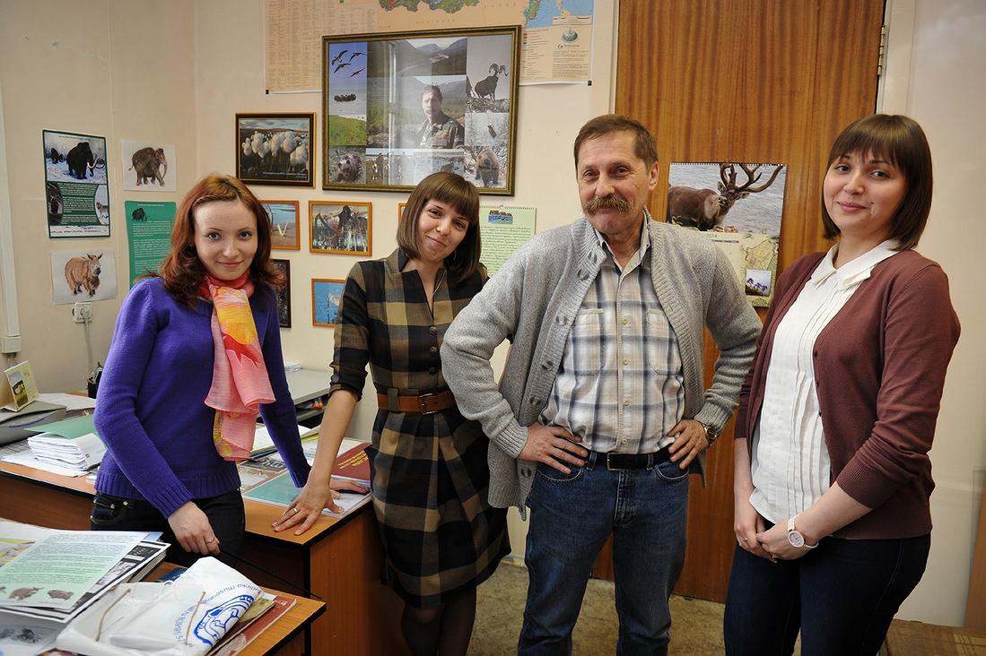 Владимир Ларин с сотрудницами Музея Норильска