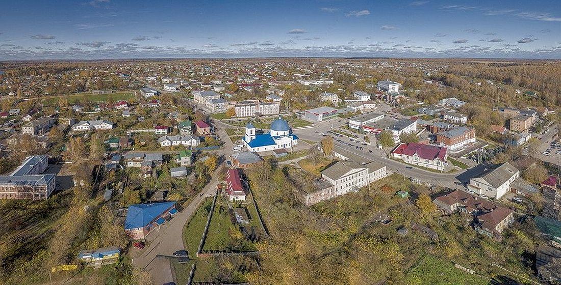 Вид на Кондрово. С голубым куполом – Храм Спаса Нерукотворного. Сейчас в городе проживают чуть больше 14,5 тысячи человек