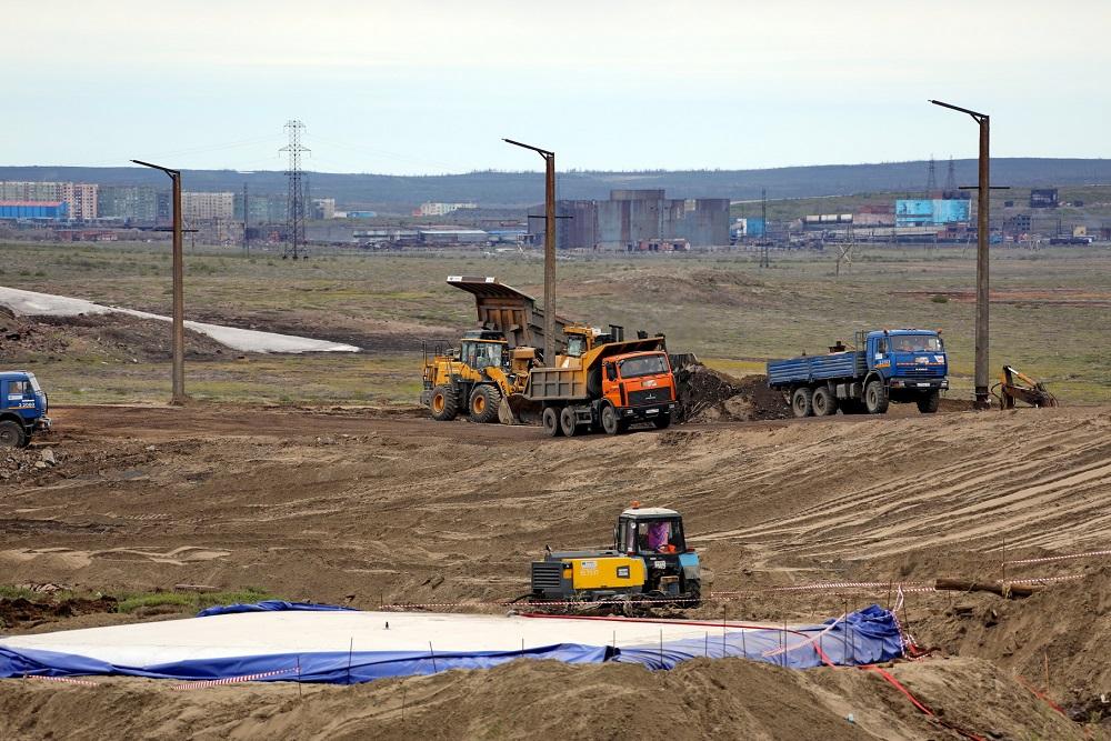 На сборе разлившегося топлива в районе ТЭЦ-3 задействовано 150 единиц разнообразной техники: погрузчики, экскаваторы, бульдозеры