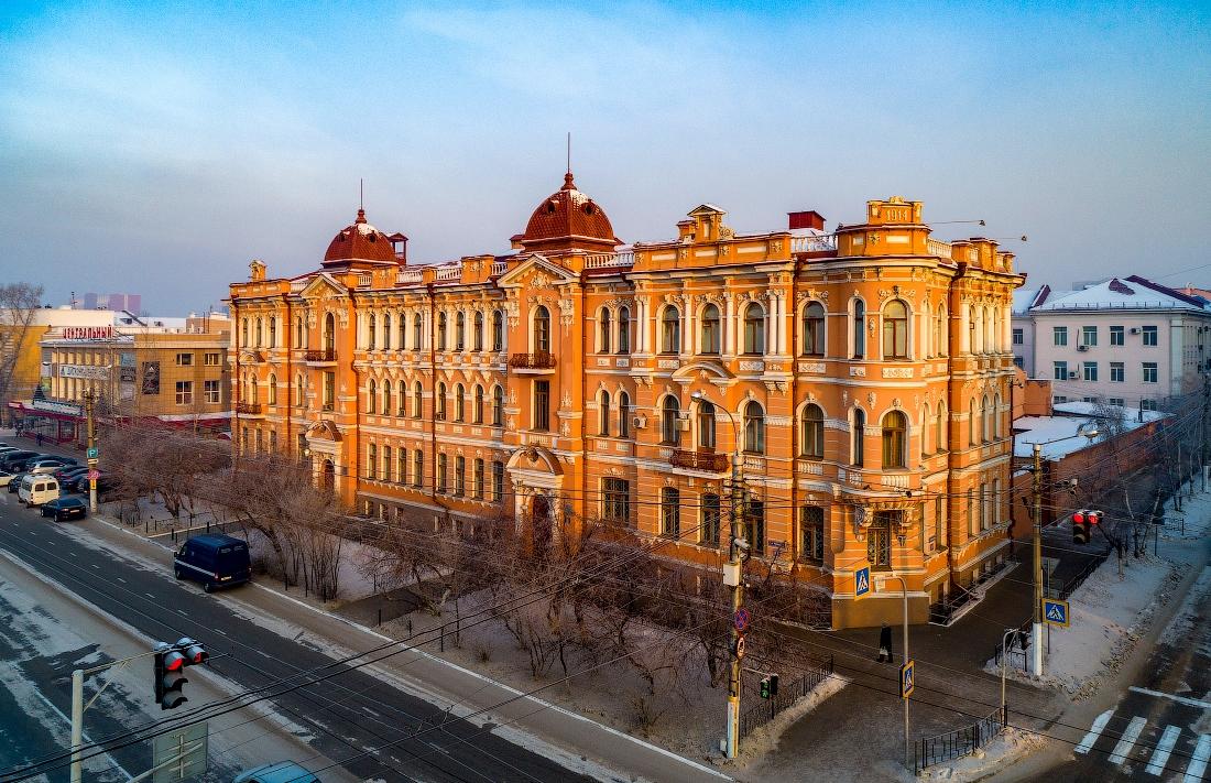 Дворец Шумовых, или Шумовский дворец в Чите считается одним из красивейших зданий мира. Сейчас здесь находится управление ФСБ по Забайкальскому краю