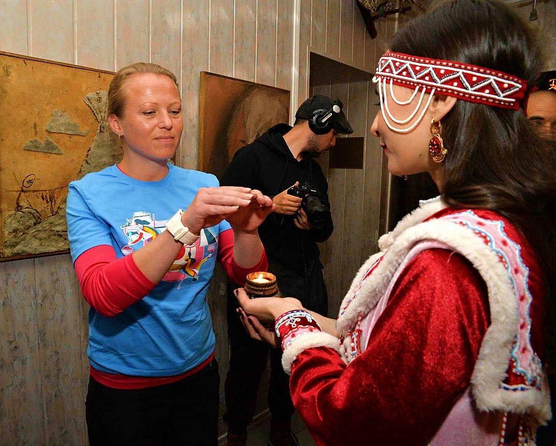 Анне Луккарила и жительница Дудинки. Многие обряды северных народов связаны с поклонением огню