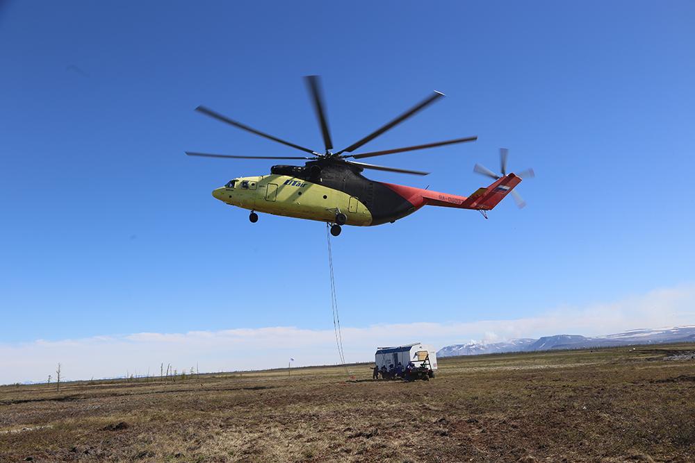 Переброска грузов на реку Амбарную вертолетами