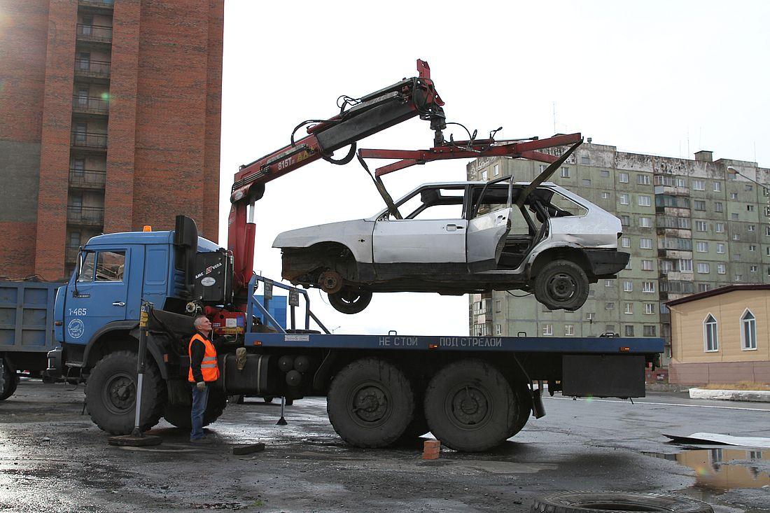 Из норильских дворов вывезли 107 брошенных машин
