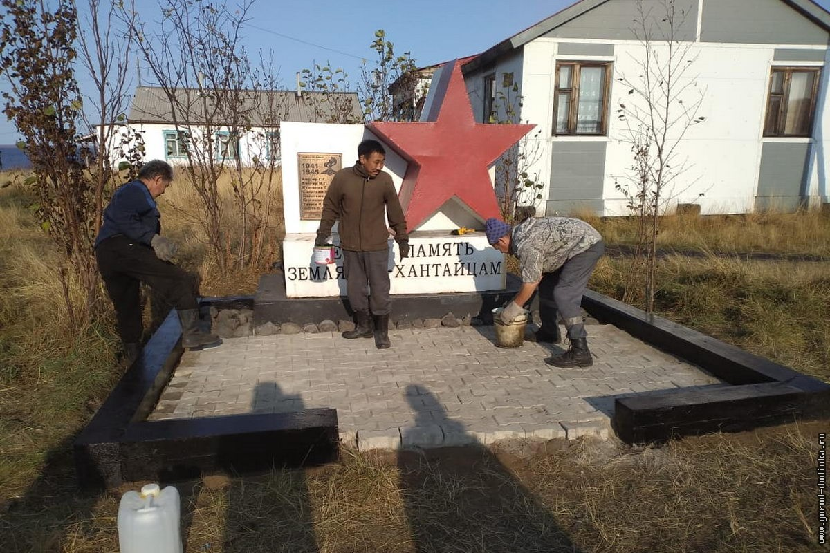 В Хантайском Озере благоустроили территорию памятника участникам ВОВ