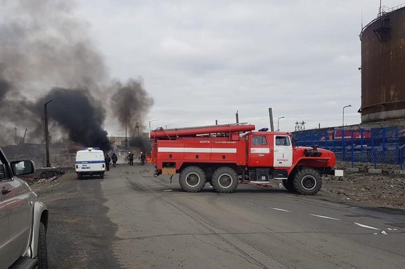 Вызванные на место происшествия пожарные оперативно отсекли пламя и локализовали пламя