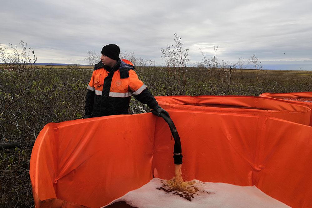 Спасатели ждут резервуары, способные вместить 16 тысяч тонн нефтепродуктов