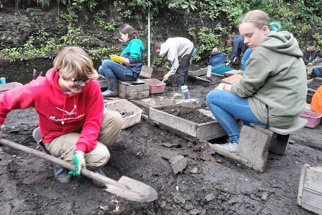 Археологам помогают волонтеры. Так, летом 2019 года в полевой школе участвовали 96 студентов и школьников из Санкт-Петербурга, Москвы, Екатеринбурга