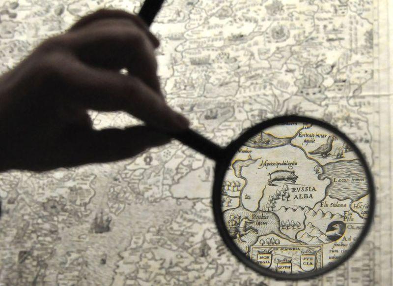 Морская карта Олауса Магнуса РНБ с использованием одной из луп, специально размещенных на выставке, для подробного рассматривания карт. Российская государственная Библиотека. Ивановский зал (Москва)